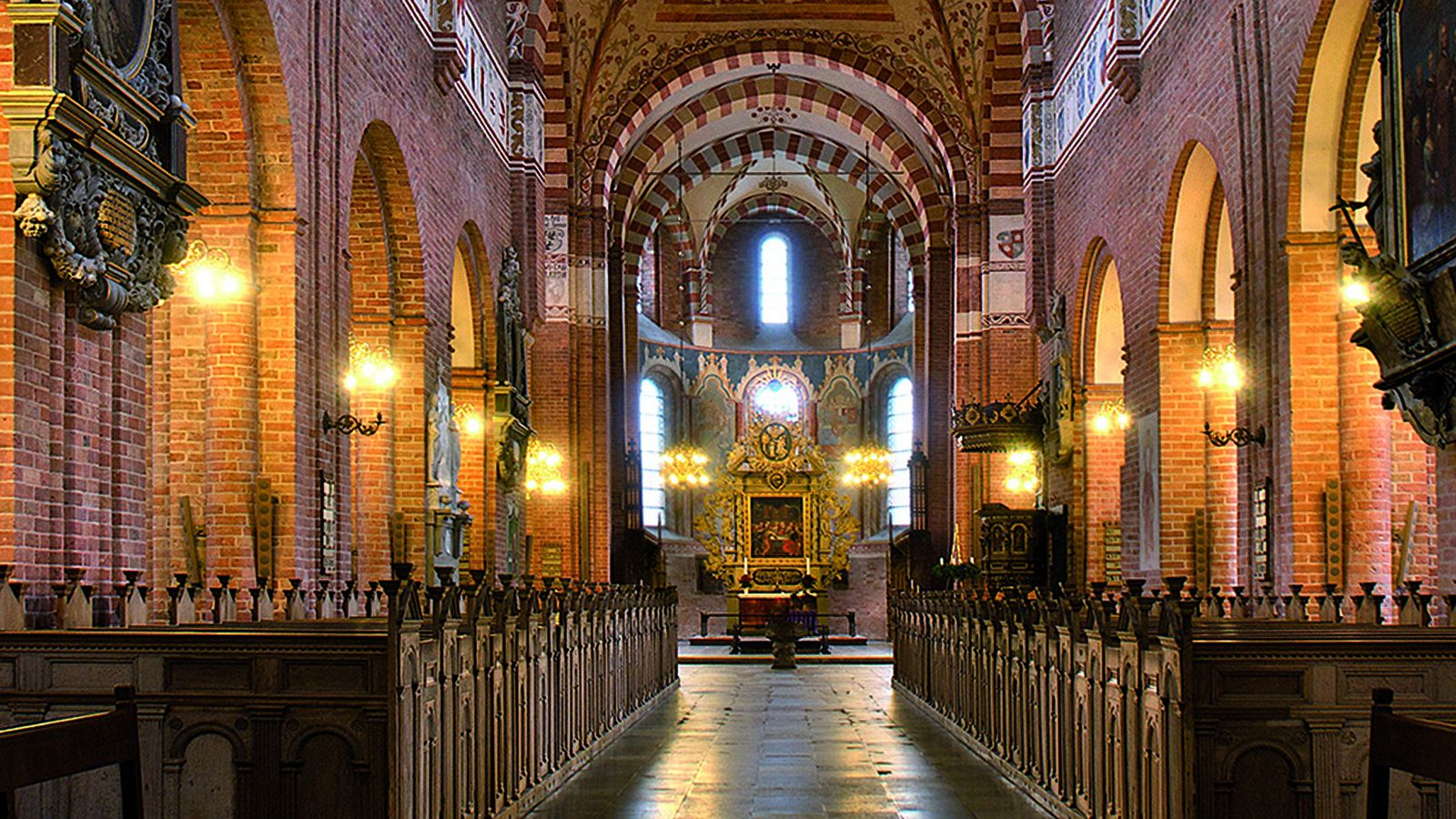 Sct. Bendts Kirkes midtskib og alter