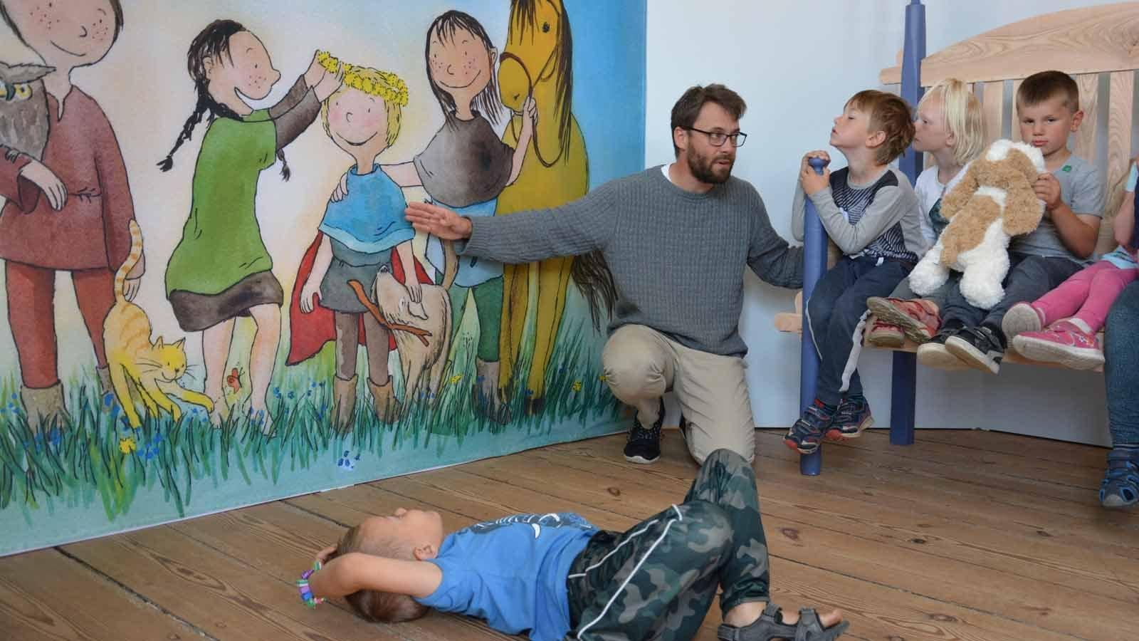 Børn høre på fortællinger i udstillingen