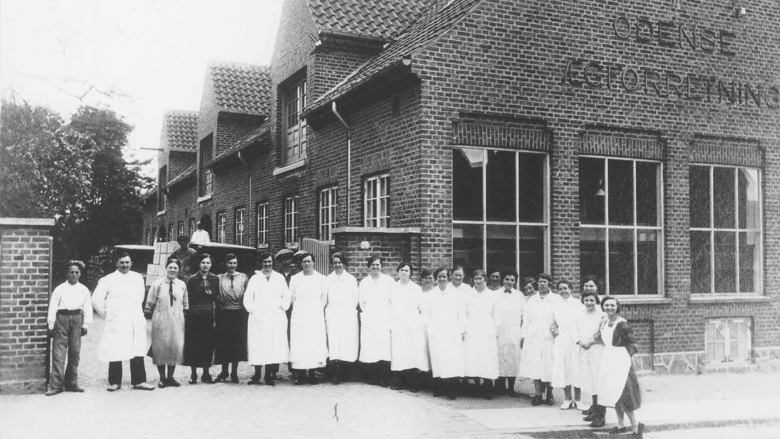 Personale foran Æglageret 1930'erne