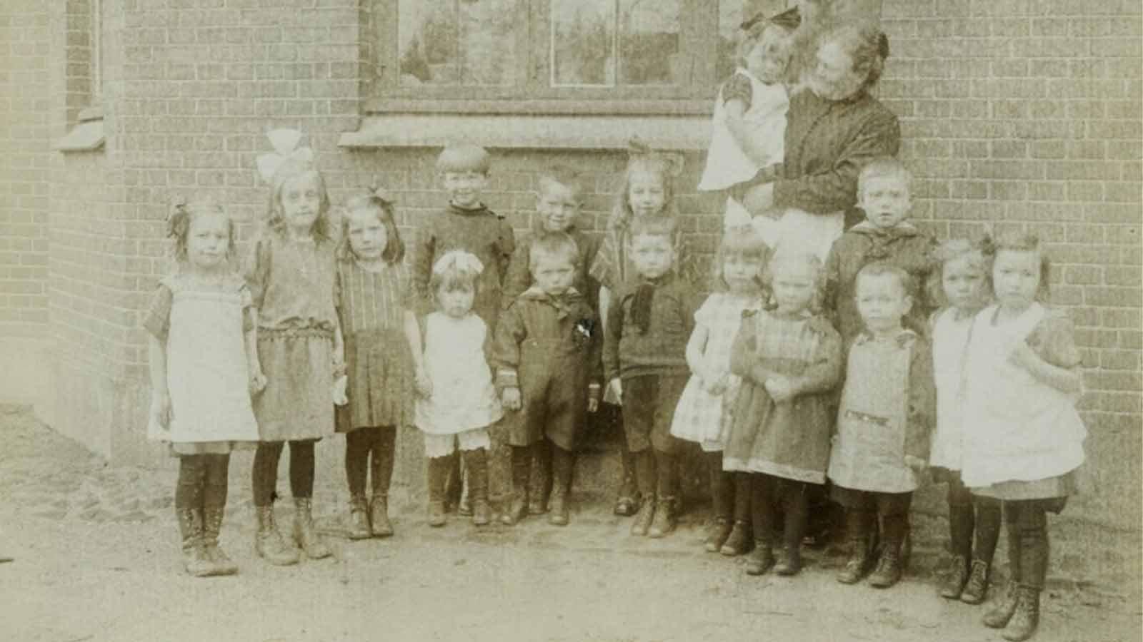 Børn foran Sorø Børneasyl ca. 1910