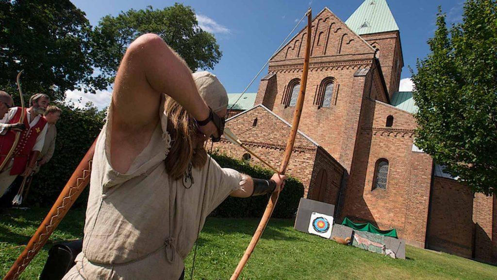 Bueskytte træner foran Sct. Bendts Kirke