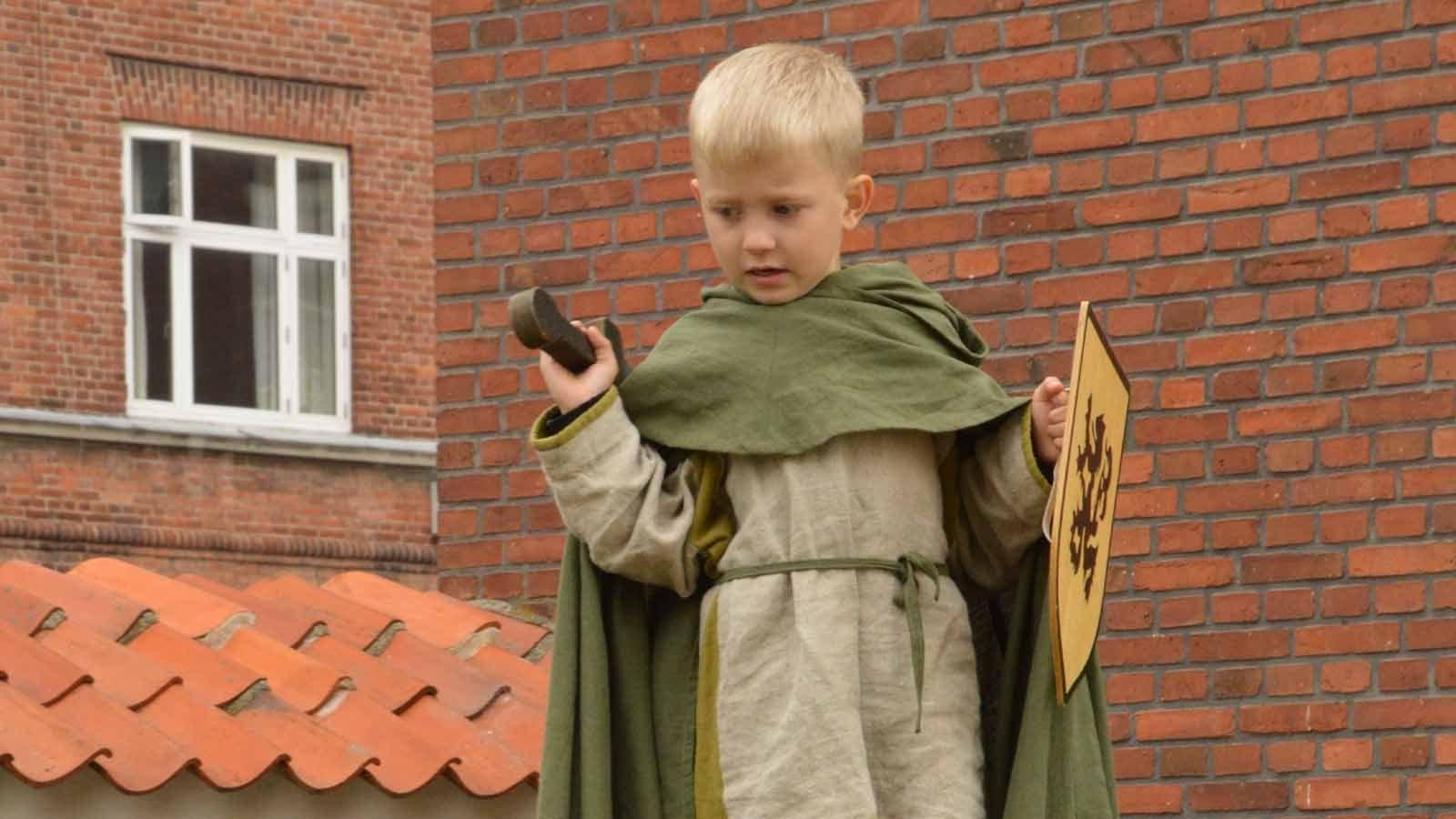 Barn i middelalderdragt