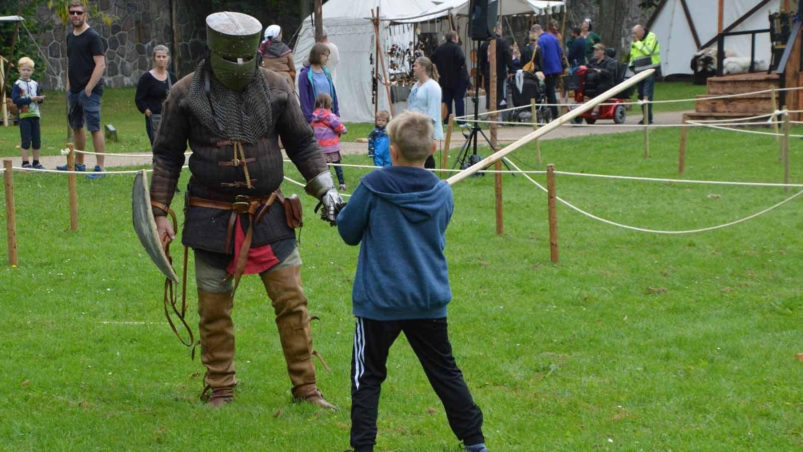 Ridder træner barn i kamp