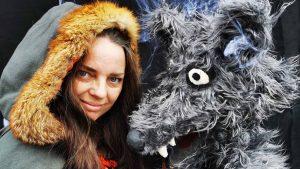 Jane fra dukkeriget med stor ulvedukke